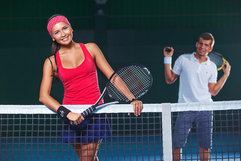 нудисты занимаются теннисом